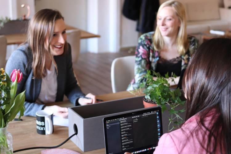 Tres mujeres en una reunión