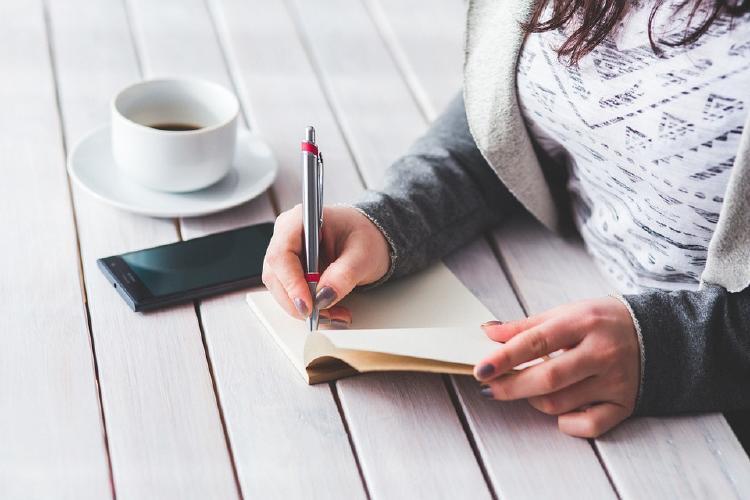 Escribir a mano un cuaderno personal