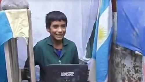 La historia más inspiradora: un niño de 12 años fundó una escuela en el fo..