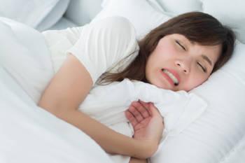 bruxismo  mujer dormir