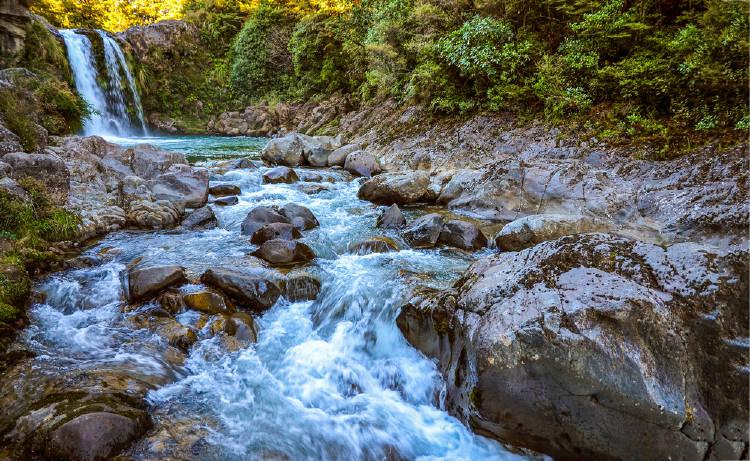 hermosa cascada de un rio