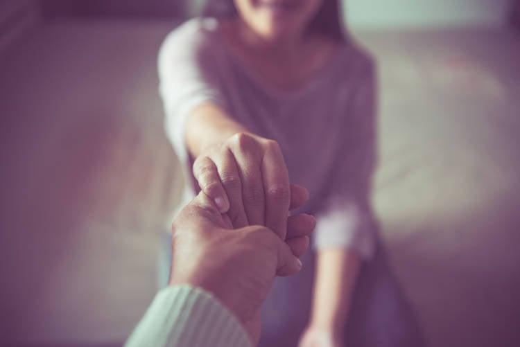 mujer y hombre se dan la mano empatia