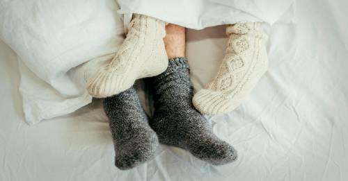 Estos son los beneficios de dormir con las medias puestas, según los expertos