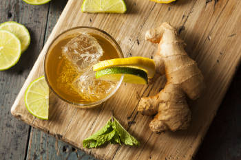 té de jengibre y limón en la noche