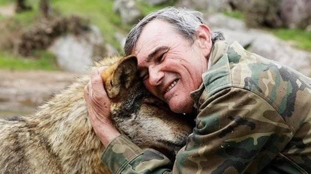 Este hombre fue un niño criado por lobos y ahora cuenta su historia