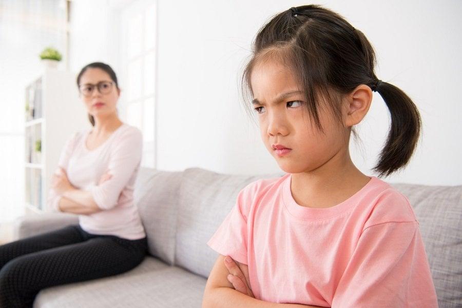 niña molesta enojada