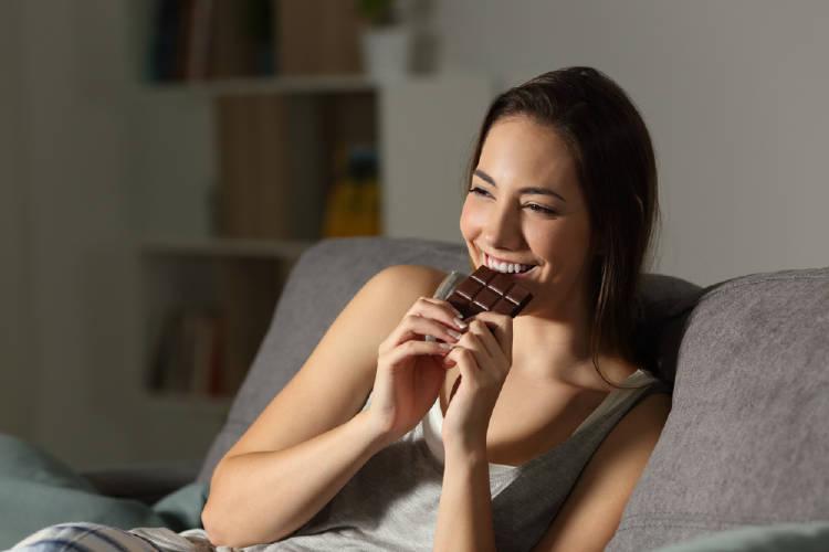 chica comiendo chocolate hambre emocional