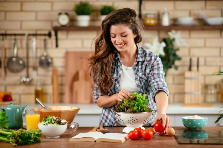 alimentacion consciente: mujer prepara una ensalada