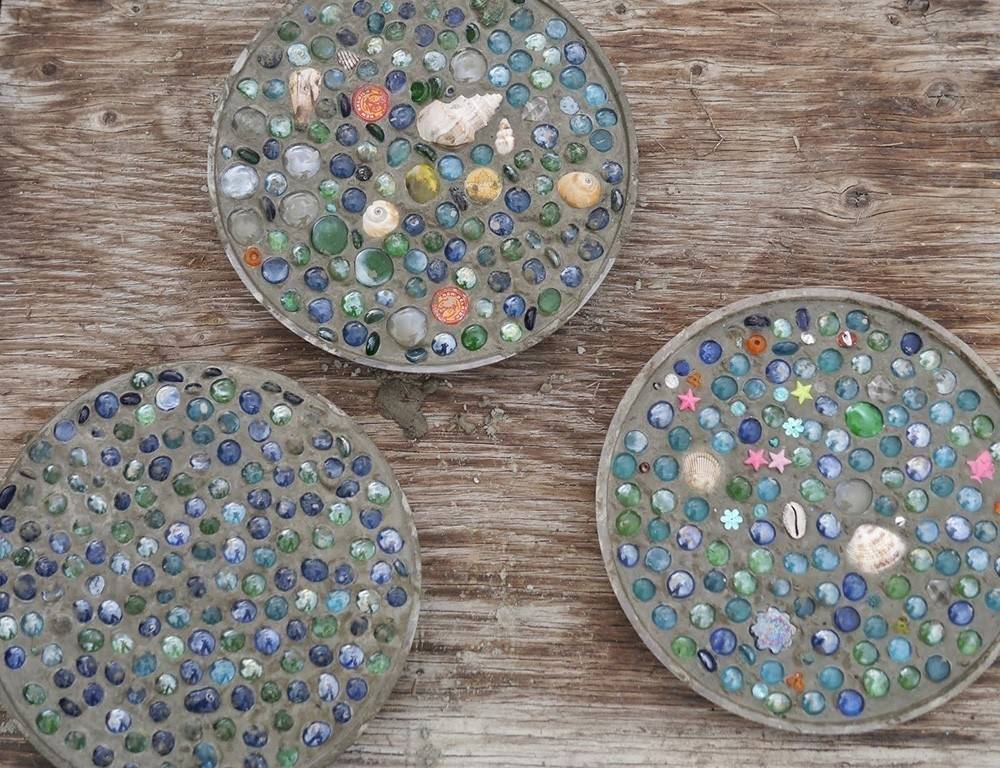 Cómo hacer baldosas de mosaicos para tu jardín ¡con un molde de pastel!