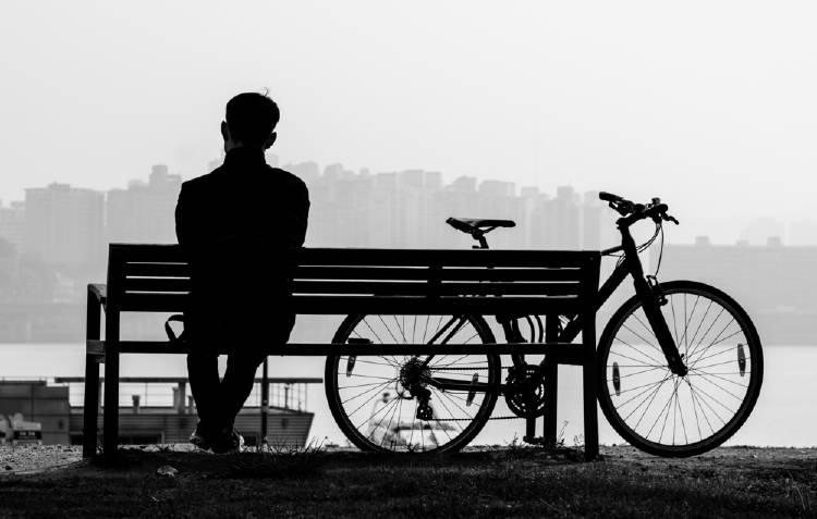 hombre sentado triste parque