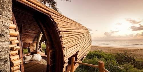 Una paradisíaca habitación de bambú para descansar frente a las playas de M..