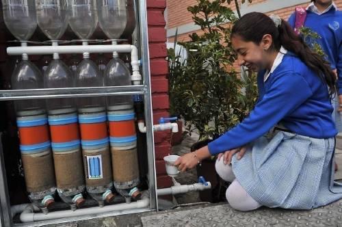 Cómo construir una pared recolectora de agua de lluvia con botellas de plást..