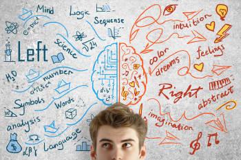 Un hombre apoyado sobre una pared en la que un esquema muestra los hemisferios del cerebro