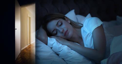 Por qué la puerta de tu habitación puede ser clave para una buena noche de sueño