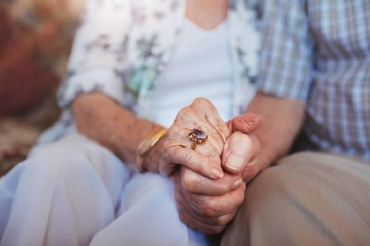 Una pareja de ancianos dándose de la mano