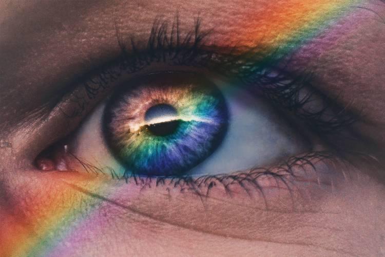 Un arcoiris sobre el ojo de una persona