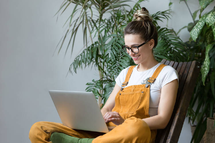 mujer computadora plantas