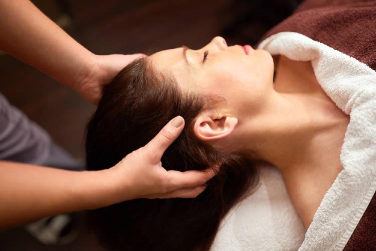 mujer masaje cabeza