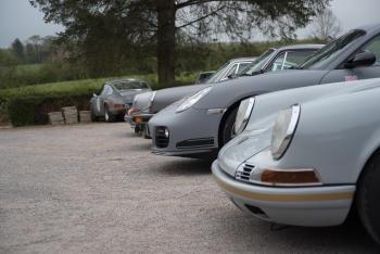 Autos Porsche estacionados