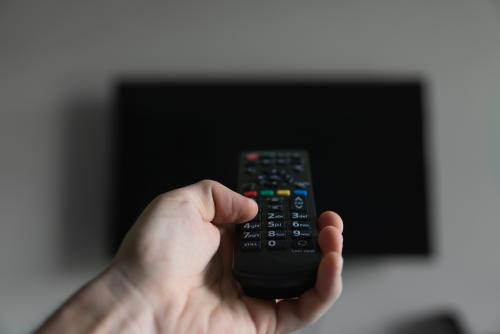 Apagar la televisión: una actitud filosófica para destruir las cadenas que limit