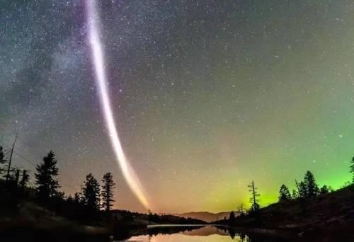 Una extraña luz vertical apareció en los cielos canadienses