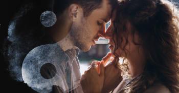 los opuestos se atraen, pareja romantica por darse un beso