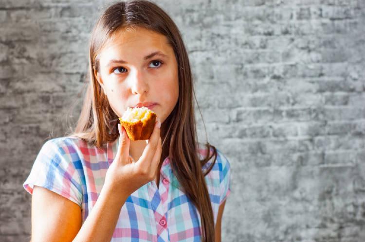 chica comiendo muffin hambre emocional