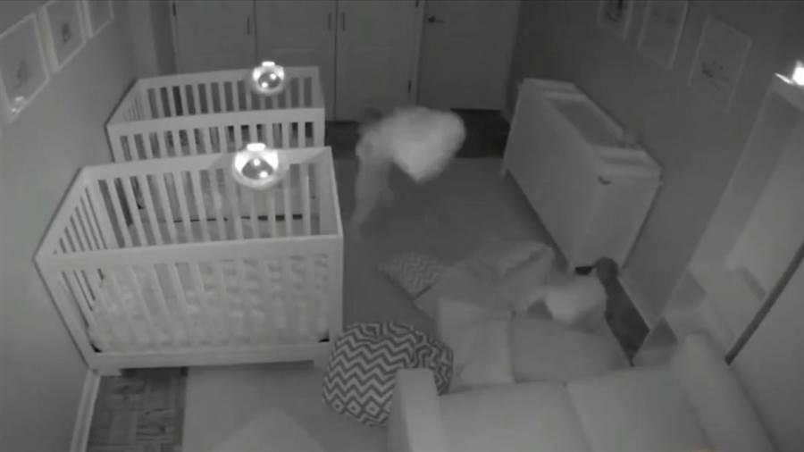"""Una cámara oculta revela la """"fiesta"""" que unos gemelos organizaban cuando los .."""