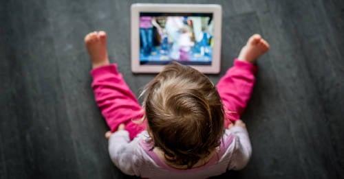Por qué no se deberían usar pantallas antes de los dos años, según la OMS