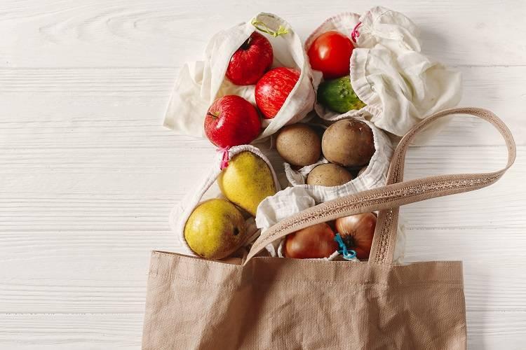 Una bolsa de tela con vegetales