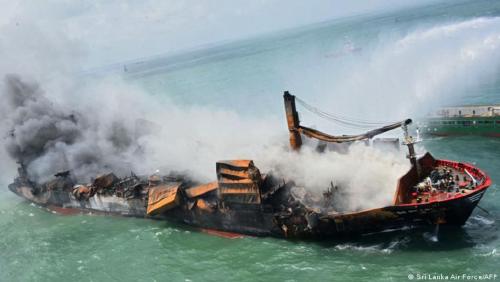Buque incendiado frente a Sri Lanka se hunde lleno de combustible