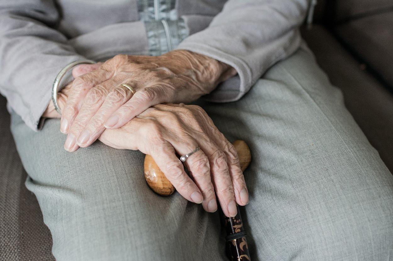 La primera paciente en el mundo en recibir vacuna del covid-19 tiene 90 años