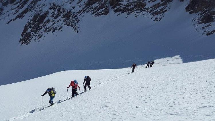 Comienzan a cubrir el glaciar una vez termina la temporada de esquí.