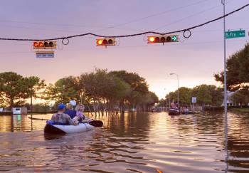 personas en una inundacion