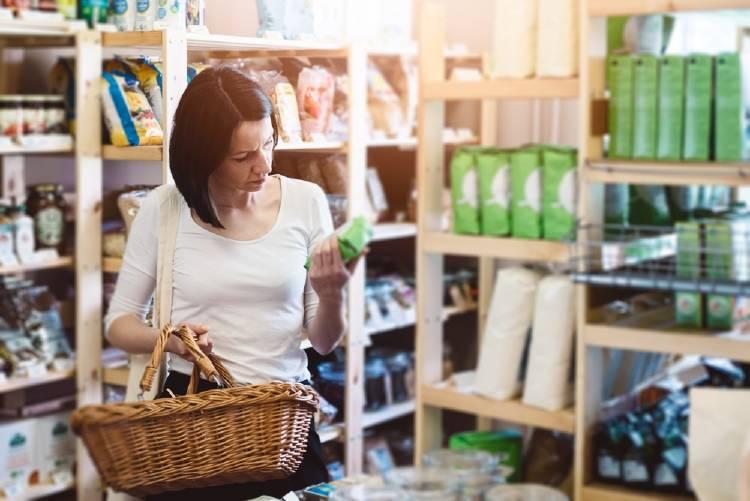 Una mujer revisa la etiqueta de los productos en el supermercado