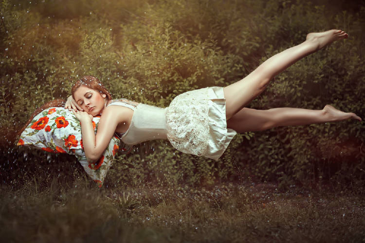 Una mujer dormida levitando
