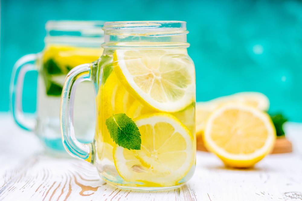 ¿Es cierto que tomar agua con limón en ayunas quema grasas?