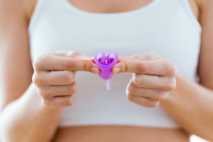 mujer sosteniendo copa menstrual