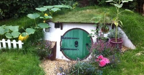 Esta pareja se animó a construir con sus propias manos una pequeña casa-hobbit