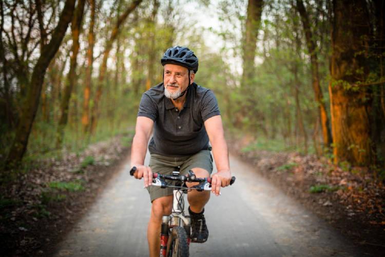 hombre bicicleta senior canas jovial