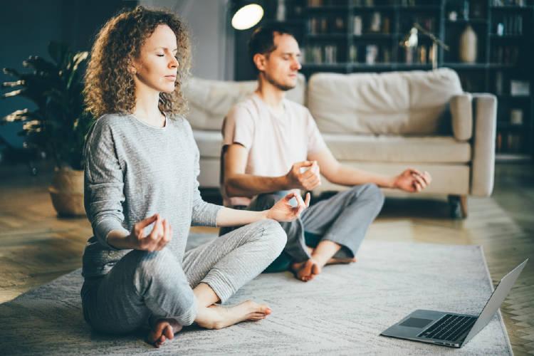 pareja meditacion computadora