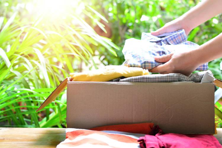 caja de carton con ropa dentro