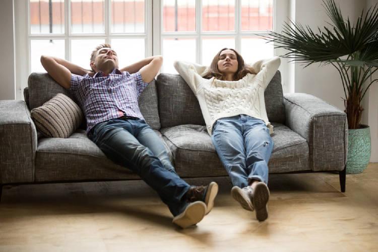 pareja en sillon mirando al techo holgazaneria