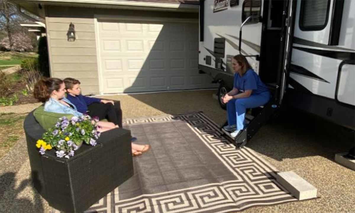 Doctora por fin regresa a casa después de vivir en un camper por 1 año para prot
