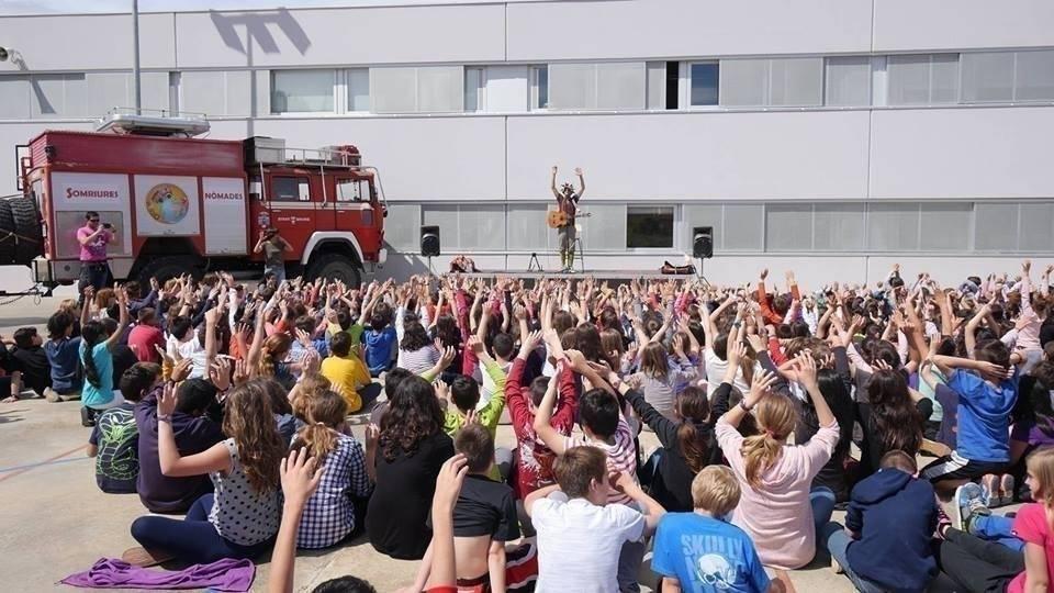 Estos artistas llevan su alegría alrededor del mundo, ¡a bordo de un camión..