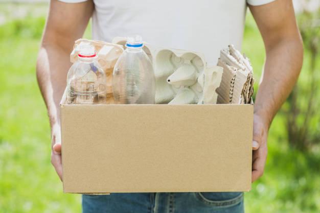 mano-hombre-productos-reciclaje-caja-carton_23-2147817171