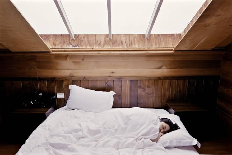 Una mujer durmiendo tapada