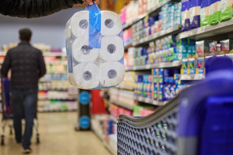 compra de papel higienico en el supermercado