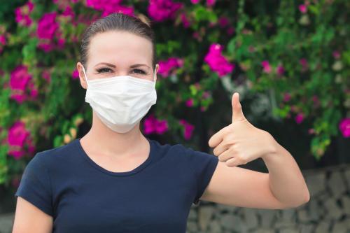 Una cortina permite volver a abrazar en la pandemia