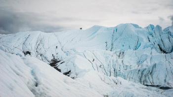 Evitan que se derrita un glaciar cubriéndolo con una lona gigante